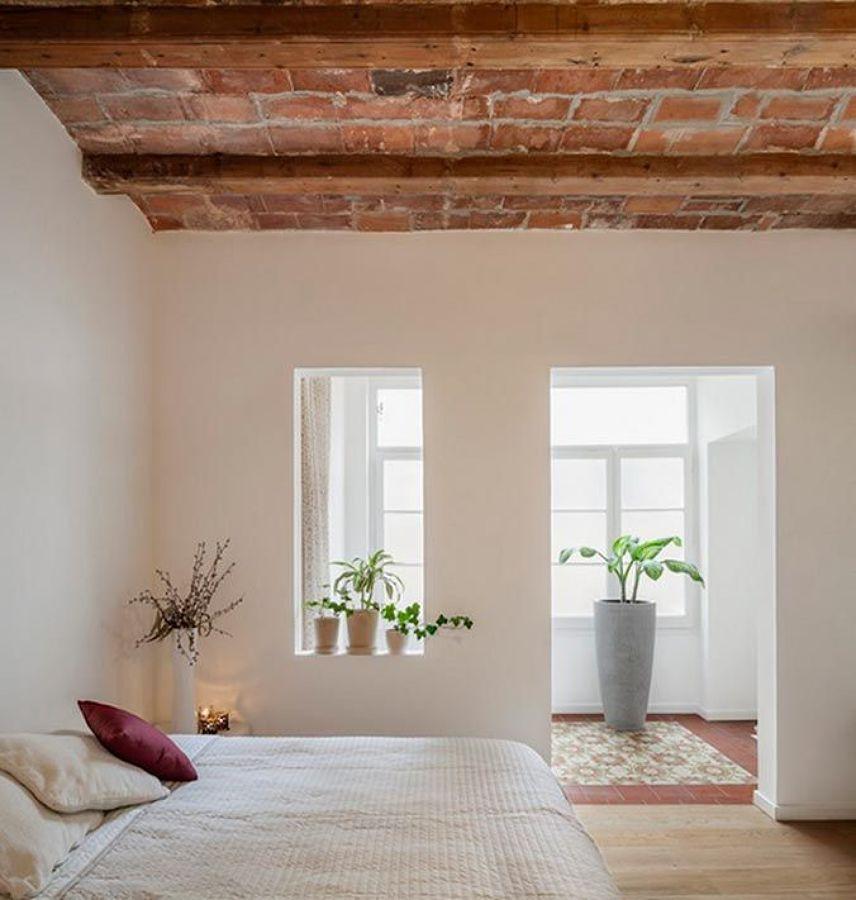 Dormitorio con techo de ladrillo