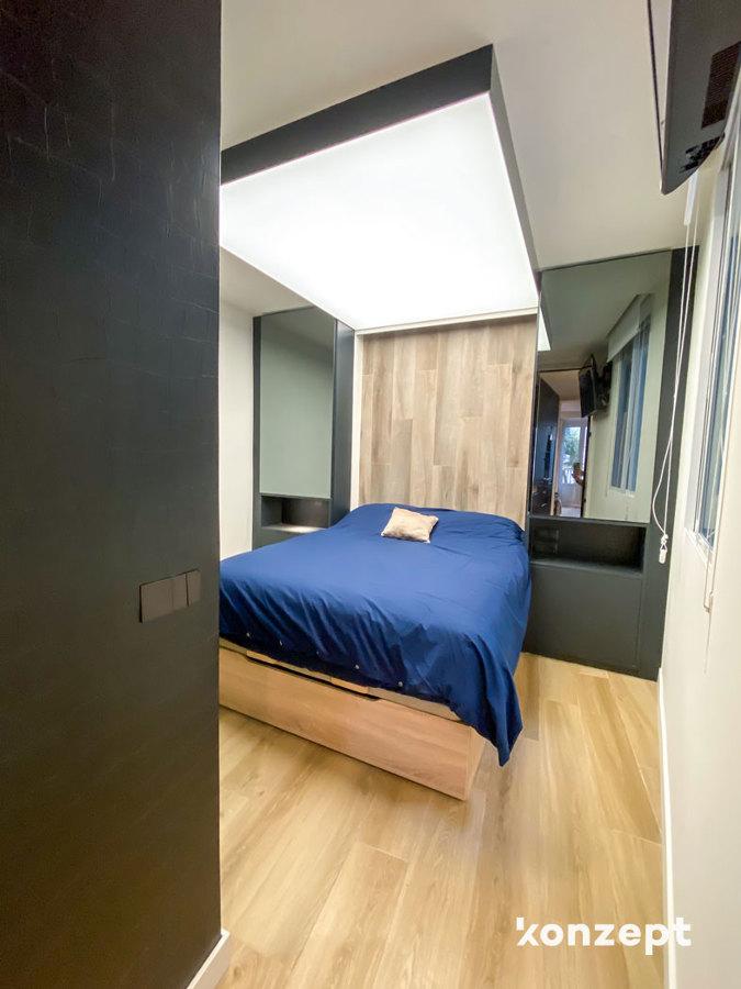 Dormitorio con techo tensado