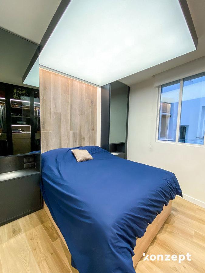Dormitorio con techo tensado y cabecero con almacenaje