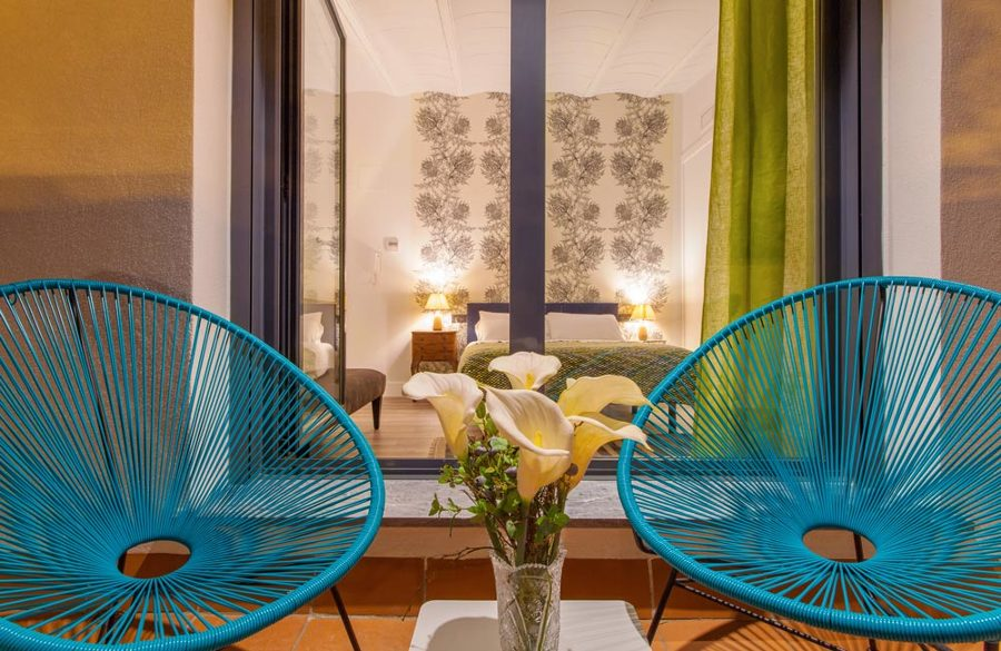 Dormitorio con terraza en apartamento turístico