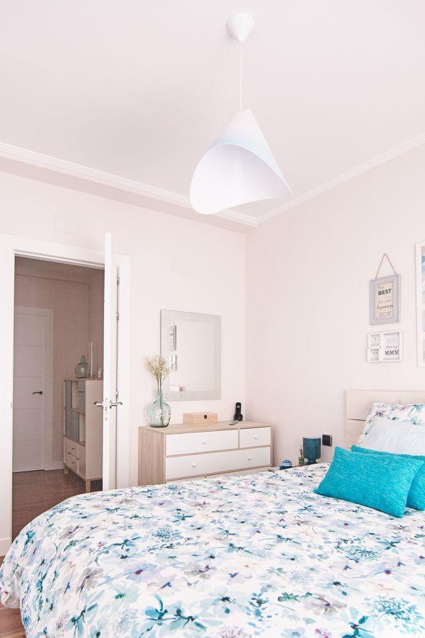 Dormitorio con textiles motivos florales
