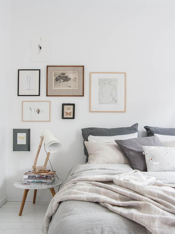 Dormitorio con textiles y cuadro gris
