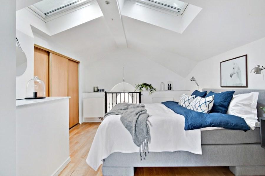 Dormitorio con ventana en techo