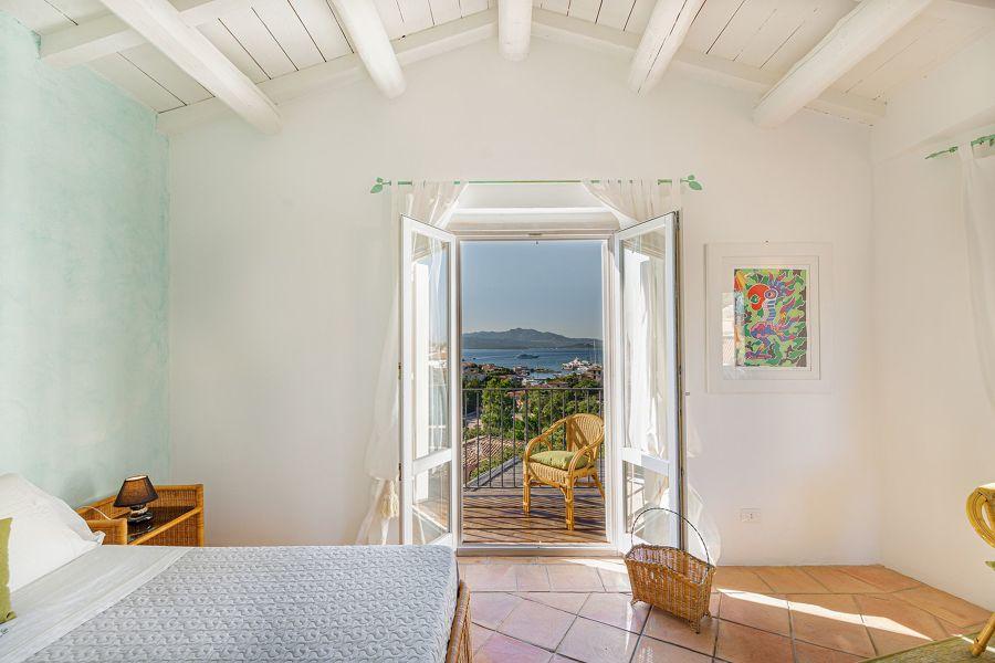 Dormitorio con ventanales al mar