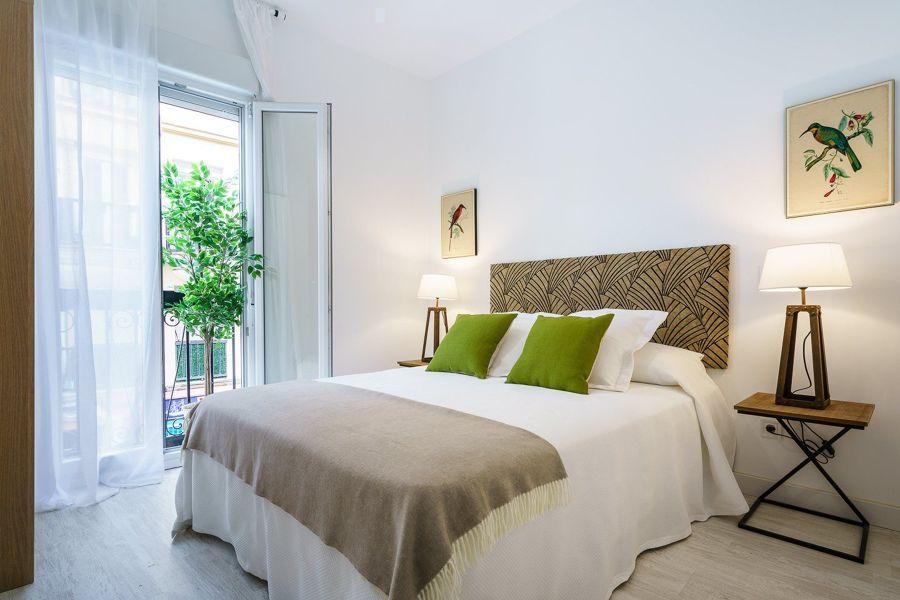 Dormitorio con ventanas batientes
