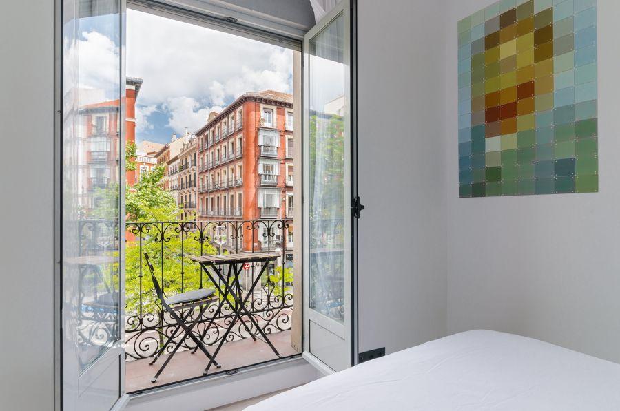 Dormitorio con ventanas de aluminio