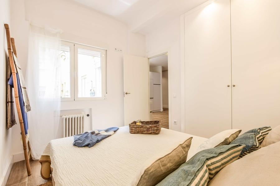 Dormitorio con ventanas de doble cristal