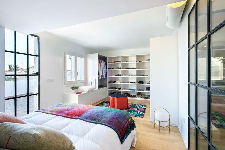 Dormitorio con vestidor de madera a medida