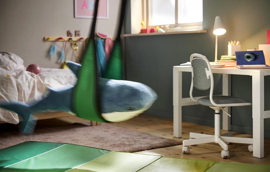 Dormitorio con zona de estudio de IKEA