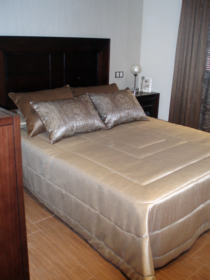Foto dormitorio cortina y visillo colcha edred n de www for Precio de cortinas para dormitorios