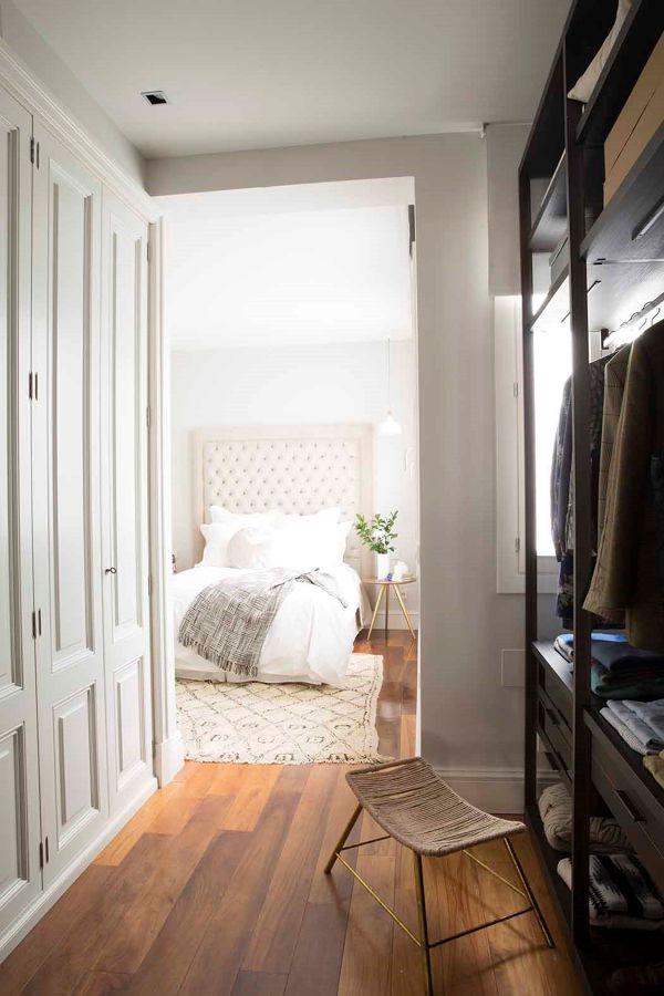 Dormitorio de estilo clásico con vestidor