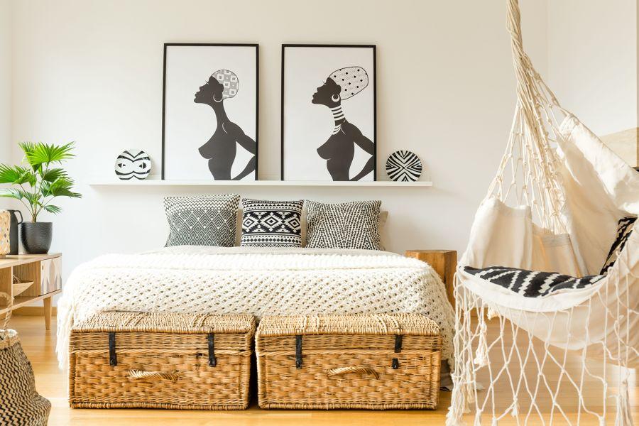 Dormitorio de estilo colonial con hamaca