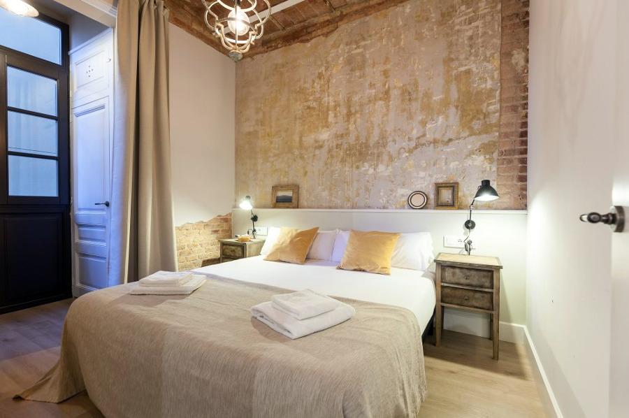 Dormitorio de inspiración vintage con paredes originales de cemento