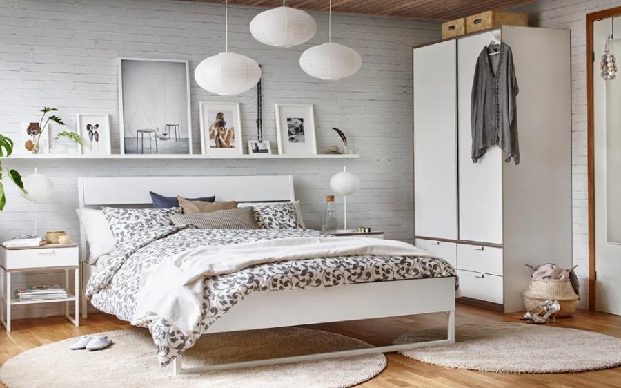 Dormitorio de matrimonio con mobiliario y colchón de IKEA