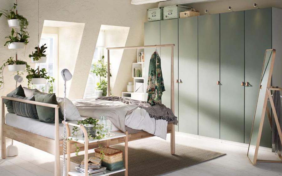 Dormitorio de matrimonio con mobiliario y colchones de IKEA