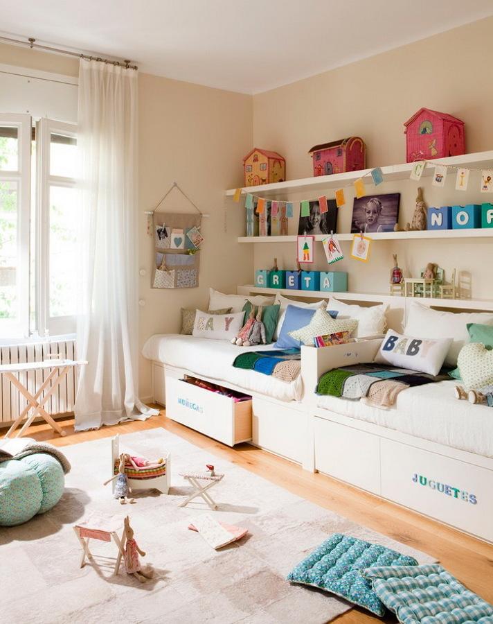 dormitorio de niños con dos camas