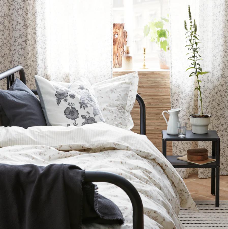 Dormitorio de verano con ropa de cama de flores.