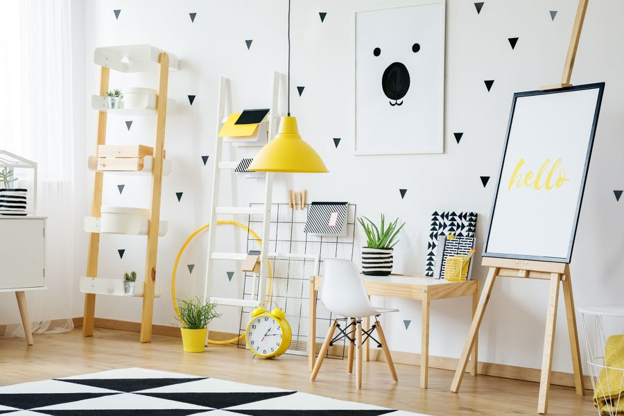 Dormitorio decorado en amarillo, blanco y negro