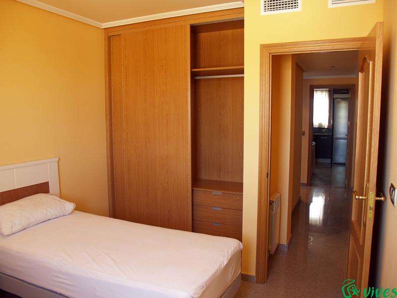 Dormitorio doble con armario empotrado en Villanueva de Gállego
