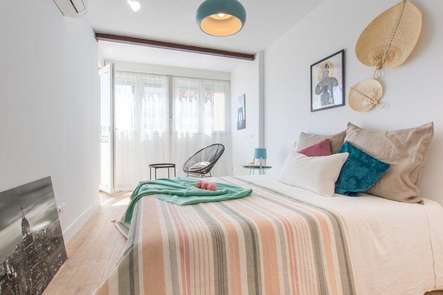 Dormitorio doble con visillos ligeros.