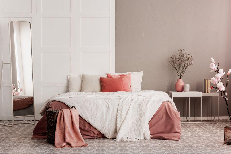 Dormitorio en coral y blanco