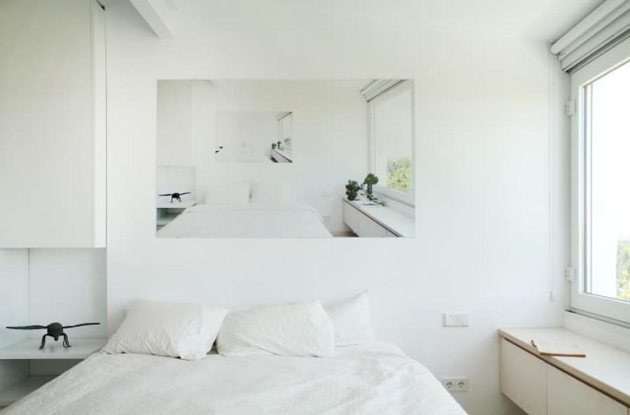 dormitorio en escala de blancos