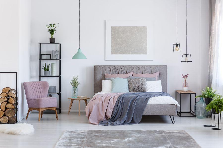 Dormitorio en gris, malva y rosa