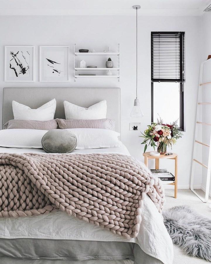 Dormitorio en tonos blanco y rosa