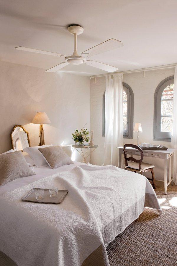 dormitorio en tonos pastel con ventilador