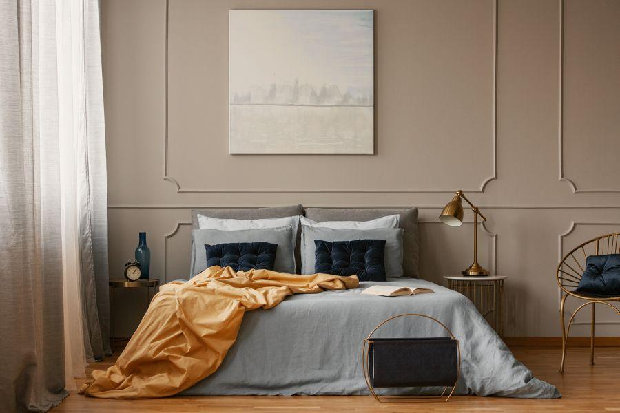 Dormitorio estilo clásico con pared con molduras