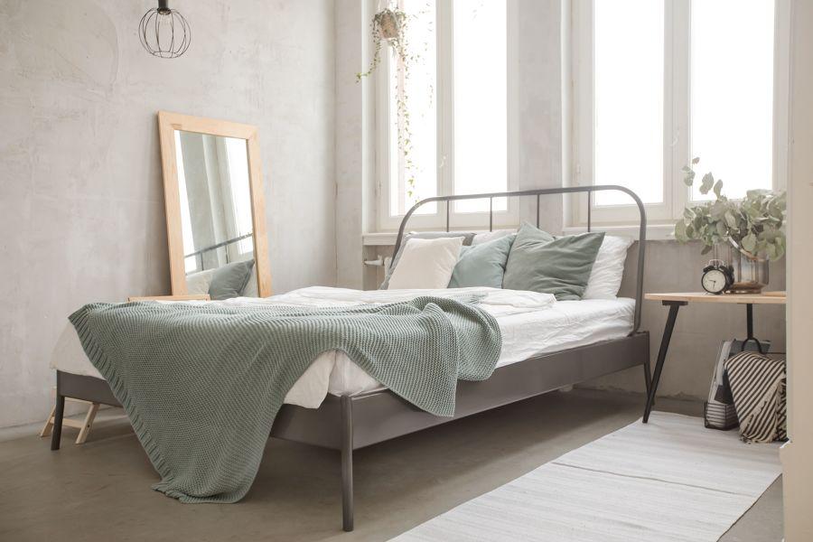 Dormitorio estilo nórdico con espejo