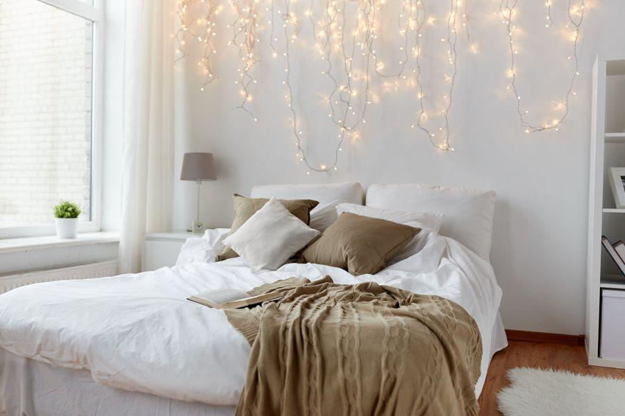 Dormitorio estilo nórdico con iluminación