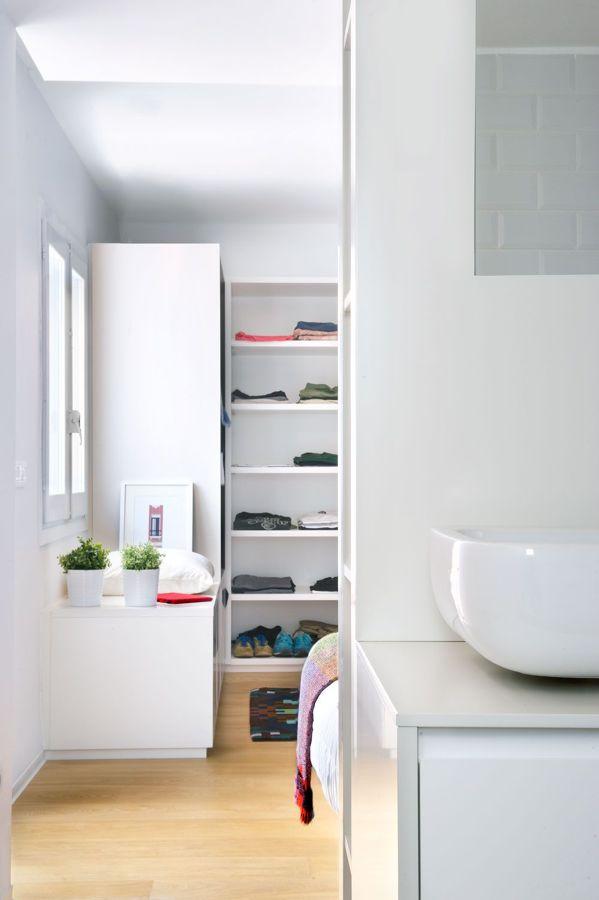 Dormitorio estilo nórdico con vestidor y baño