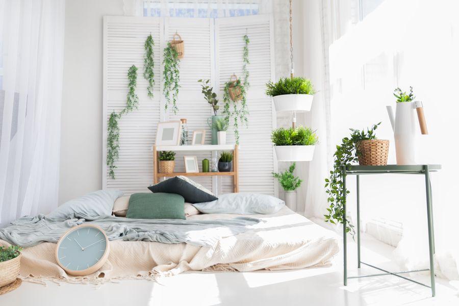 Dormitorio estilo tropical con plantas