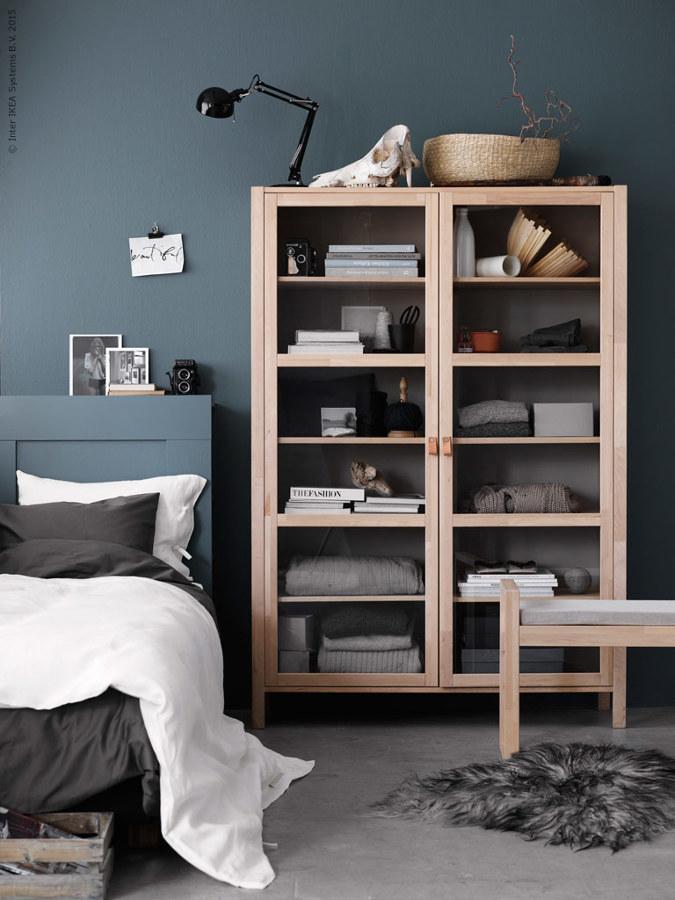 Dormitorio gris con mueble madera