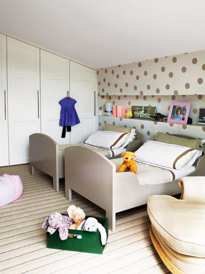 Dormitorio infantil abuhardillado con hornacina como cabecero