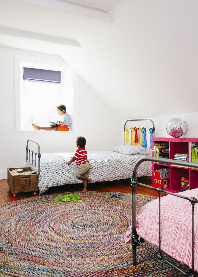 Dormitorio infantil con alfombra rafia