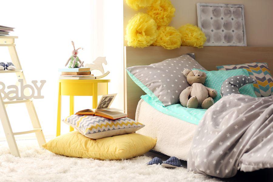 Dormitorio infantil con cama y cojines