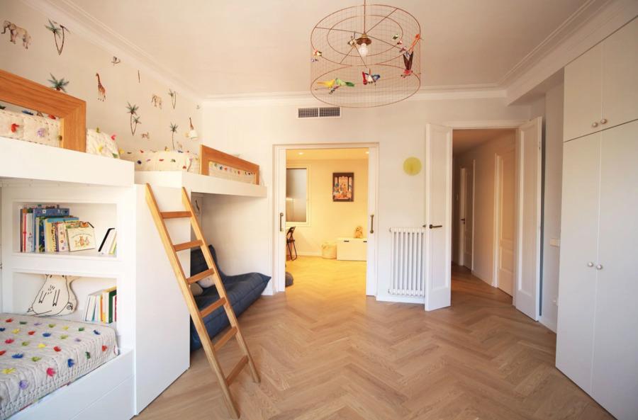 Dormitorio infantil con literas y suelo de madera