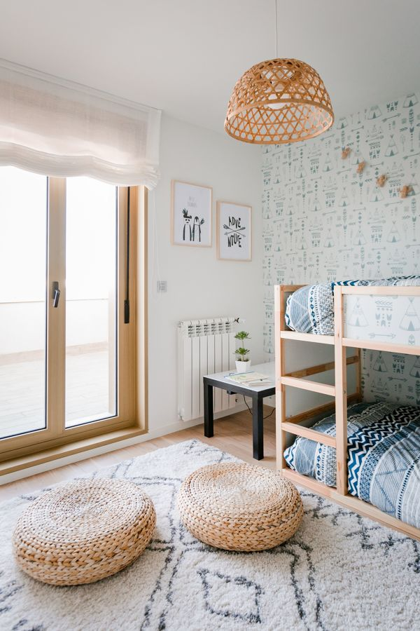 Dormitorio infantil con papel pintado