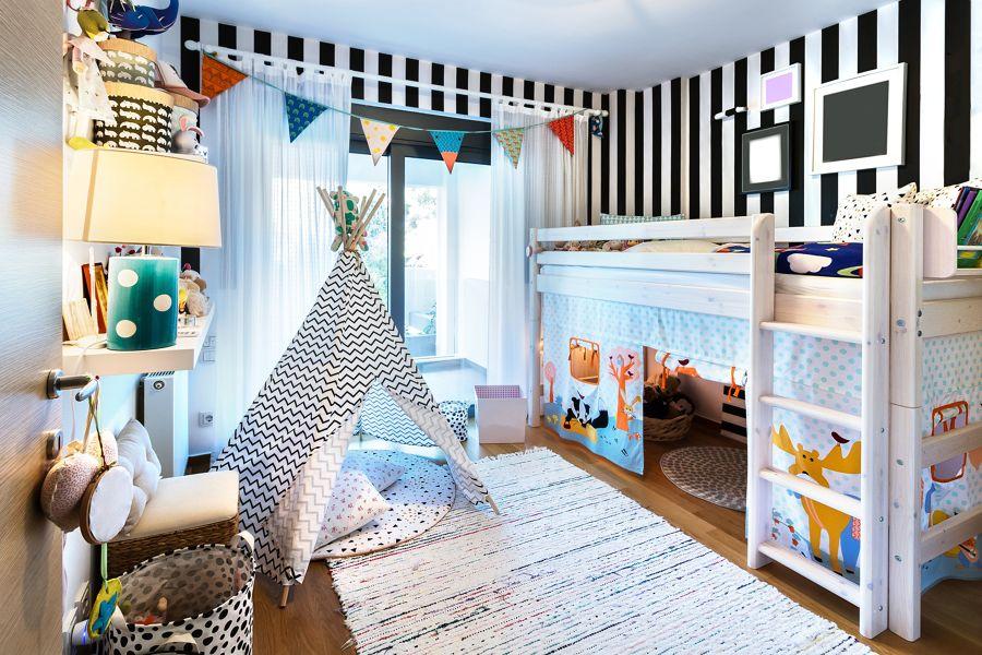 Dormitorio infantil con papel pintado a rayas