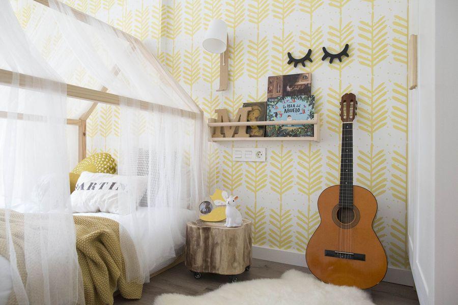 Dormitorio infantil con papel pintado amarillo en pared