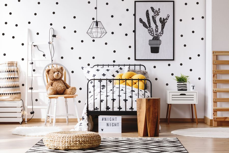 Dormitorio infantil con papel pintado y cuadros en blanco y negro