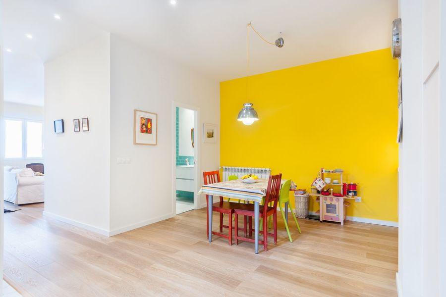 Dormitorio infantil con pared en amarillo