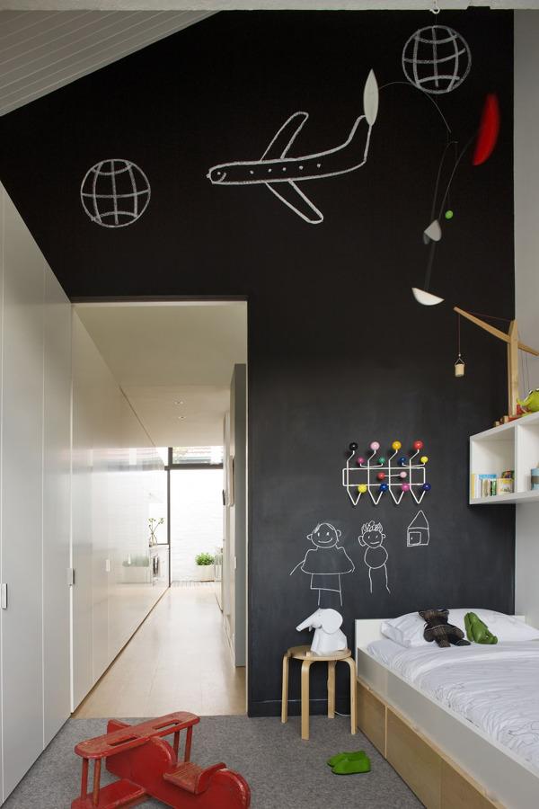 Dormitorio infantil con paredes de pizarra