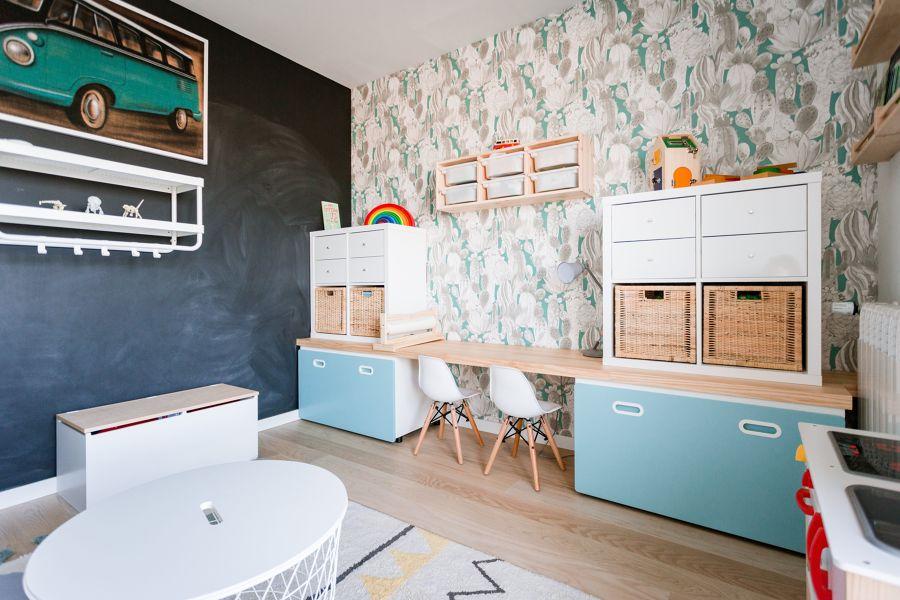 Dormitorio infantil con zona de estudio y de juegos