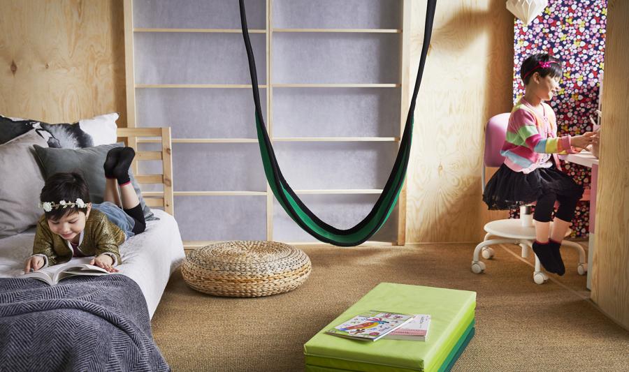 Dormitorio infantil con zona de trabajo de IKEA