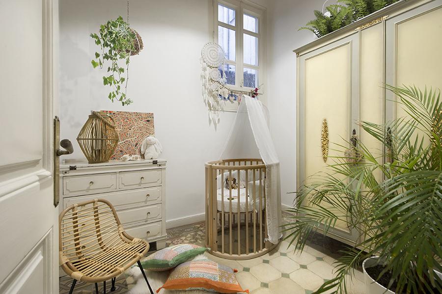 Dormitorio infantil ecléctico con muebles restaurados