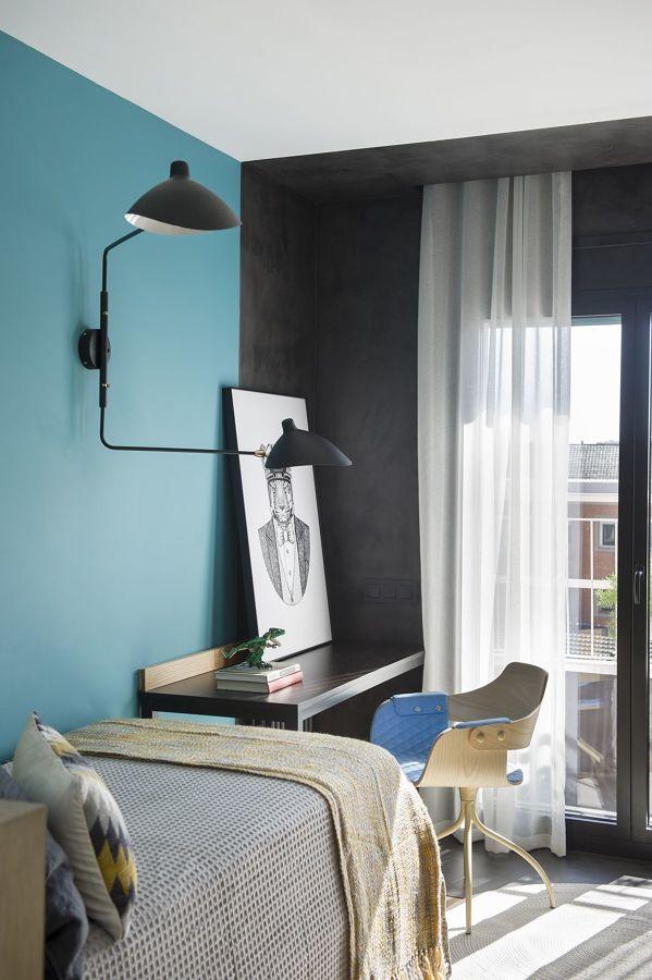 Dormitorio juvenil con pared en azul