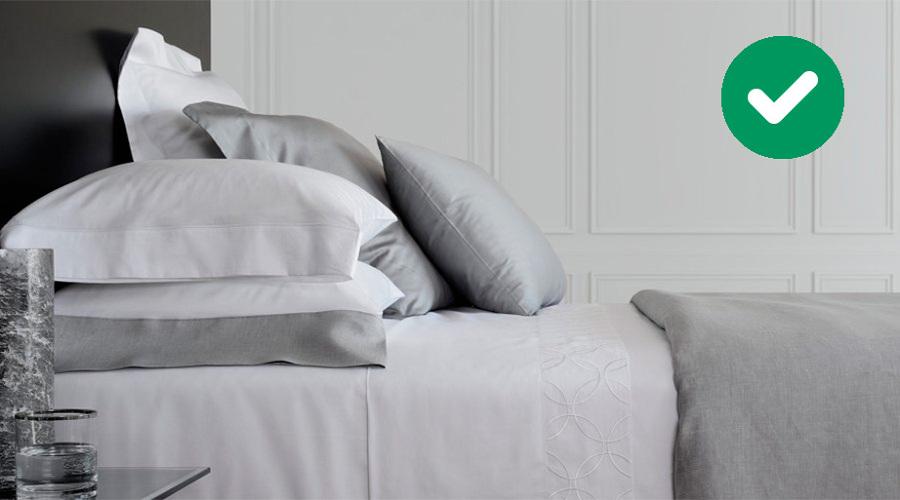 Dormitorio matrimonio con cama y cojines